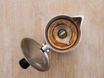 Schmutziger coffe Topf auf alter hölzerner Beschaffenheit Stockbild