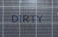 Schmutziger Dusty Solar Panels mit SCHMUTZIGER Draufsicht des Textes lizenzfreies stockfoto