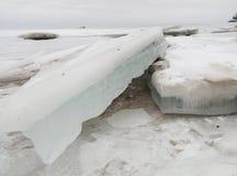 Schmutziger Eisblock in der Ostsee Lizenzfreies Stockfoto