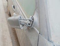 Schmutziger gebrochener Spiegel des Autos Stockfoto