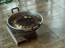 Schmutziger Grill und Kessel für draußen kochen stockfotos