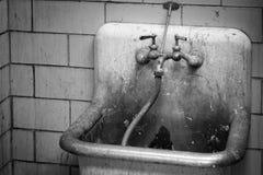 Schmutziger Hausmeister Utility Sink u. Hahn Lizenzfreie Stockbilder
