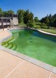 Schmutziger HinterhofSwimmingpool und Patio stockfotos