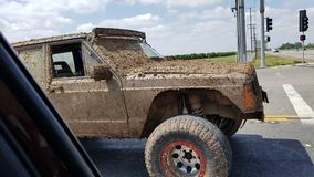 Schmutziger Jeep lizenzfreie stockbilder