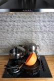Schmutziger Küchen-Ofen mit Töpfen Stockfotos