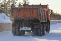 Schmutziger LKW, der den Schnee auf der Straße im Winter transportiert Stockbild