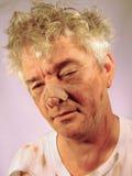 Schmutziger älterer Mann mit Wekzeugspritzen-Job Stockfotos
