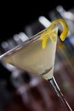 Schmutziger Martini mit einer Zitronentorsion Stockfotografie