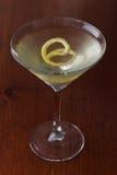 Schmutziger Martini mit einer Zitronentorsion Lizenzfreie Stockfotos