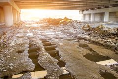 Schmutziger nasser Schmutz der Landstraße, impassability Spuren von den Traktoren und von den Autos im Tunnel unter der Brücke Stockbilder