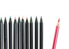 Schmutziger roter Bleistift und schwarze Bleistifte auf weißem Hintergrund Lizenzfreies Stockbild