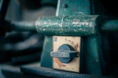 Schmutziger Schalter in der alten Werkstatt Lizenzfreie Stockfotos