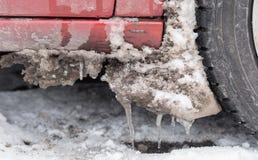 Schmutziger Schnee und Eiszapfen auf Autos Lizenzfreie Stockfotos