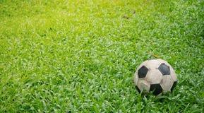Schmutziger verwendeter Fußball auf Gras Alter Fußball auf grünem Gras lizenzfreies stockbild