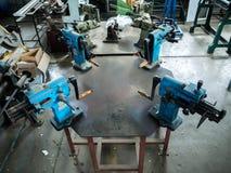 Schmutziger Werktisch mit Werkzeugen Stockbild