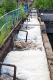 Schmutziges Abwasserwasser entladen in der Entwässerung Stockfotos