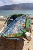 Schmutziges altes verwittertes defektes Boot auf La Graciosa lizenzfreie stockfotografie