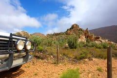 Schmutziges Auto 4x4 in den Bergen Stockbilder