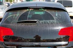 Schmutziges Autorückseitenglas, beschmutzt im Schlamm Stockfoto