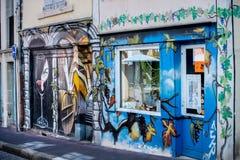 Schmutziges beschädigt durch Graffiti-Gebäude-Wand Weinhandlung in Perouge frankreich Stockfotografie