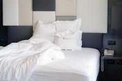 Schmutziges Bett im Hotel Schmutziger Bettkissen-Deckenraum lizenzfreies stockbild
