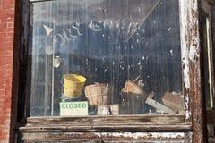 Schmutziges Fenster in einem alten geschlossenen Textilladen Lizenzfreie Stockfotografie