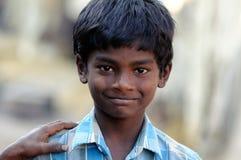 Schmutziges Kind mit schönen Inneren und süßem Lächeln Lizenzfreie Stockfotos