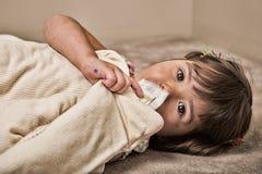 Schmutziges Mädchen, das ihre Decke für Komfort streichelt Lizenzfreie Stockfotos