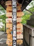 Schmutziges Pferdehölzerne Gebetstabletten an Kiyomizu-dera Kyoto Stockfotografie