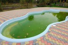 Schmutziges Pool im Hotel im Freien Lizenzfreie Stockbilder