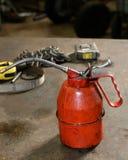Schmutziges Rotöl kann auf Werkbank Stockfotografie