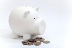Schmutziges Sparschwein und Münze vom Baby Stockbild