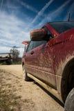 Schmutziges SUV auf einer Gebirgsstraße Stockfoto