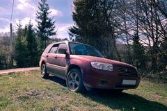Schmutziges SUV auf einer Gebirgsstraße Lizenzfreie Stockfotos