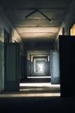 Schmutziges verlassenes Stadium im alten Militärgebäude Stockfotos