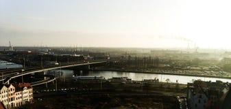 Schmutzindustriestadt-Landschaftsabschluß der Fluss Stockfoto