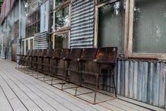 Schmutzkinostühle und alte Fabrik Lizenzfreie Stockbilder