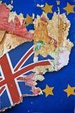 Schmutzpapier mit BRITISCHER Flagge auf dem Tapetenbruch weg von der Europäischen Gemeinschaft Stockfotos