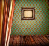 Schmutzraum mit Vorhang und emoty Bilderrahmen lizenzfreie stockfotos