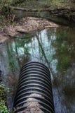 Schmutzwasser stammt das Rohr ab, das den Fluss verunreinigt Stockfoto