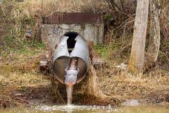 Schmutzwasser zum Fluss auf industriellem von einem Rohr Stockbilder