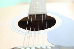 Schnüre auf der Gitarre Stockbild