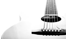 Schnüre auf einer Gitarre. Schwarzweißbild. Lizenzfreies Stockbild