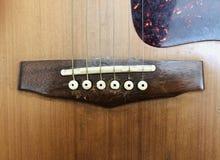 Schnüre einer Akustikgitarre lizenzfreie stockfotografie