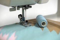 Schnüre einer Nähmaschine der Nadel stockbilder