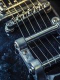 Schnüre und Brücke einer alten E-Gitarre Lizenzfreie Stockfotos
