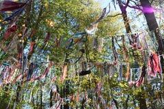 Schnüre von Wünschen im Wald Lizenzfreie Stockfotos
