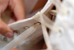 Schnüren des Hochzeits-Kleides Stockbild