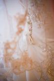 Schnüren des Hochzeitskleides Stockfoto