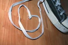 Schnürsenkel-Herzen und Turnschuhe stockbilder